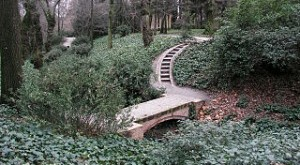 320px-Jardin_El_Capricho_Bridge_north_of_Ermita-300x225